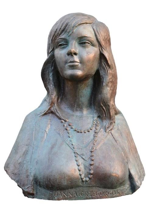 Rzeźba do salonu artysty Marian Konieczny pod tytułem Portret Joanny Grzegorczyk