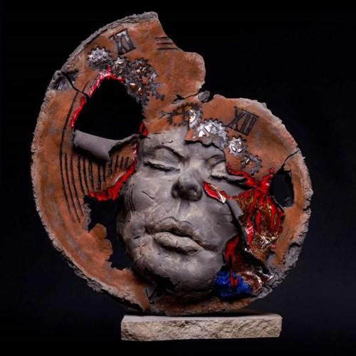 Rzeźba do salonu artysty Jacek Opała pod tytułem Słyszysz tykanie?