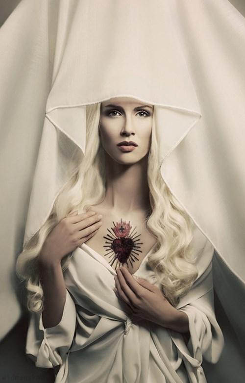 do salonu artysty Katarzyna Widmańska pod tytułem Biała Madonna