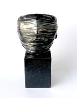 Rzeźba do salonu artysty Igor Mitoraj pod tytułem Rzeźba na podstawie kamiennej z granitu